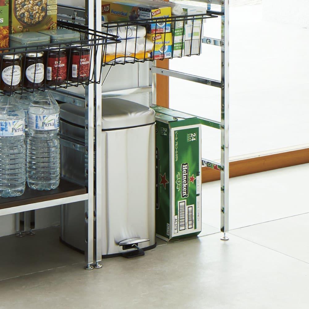 スタイリッシュなキッチン家電ラック ハイ 幅55.5cm 高さ182cm ゴミ箱や重たい飲料ケース、キャスター付きのワゴンなどを床置きできます。
