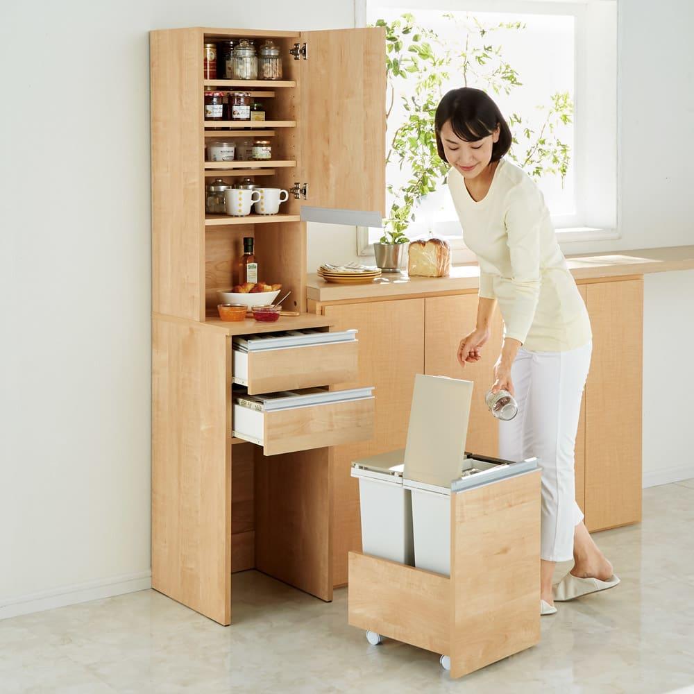分別ごみ箱付きすき間収納庫 3分別 ハイタイプ 食材を取り出して作業台へ。調理中に出たゴミはそのまま分別できます。(※写真は2分別タイプ)