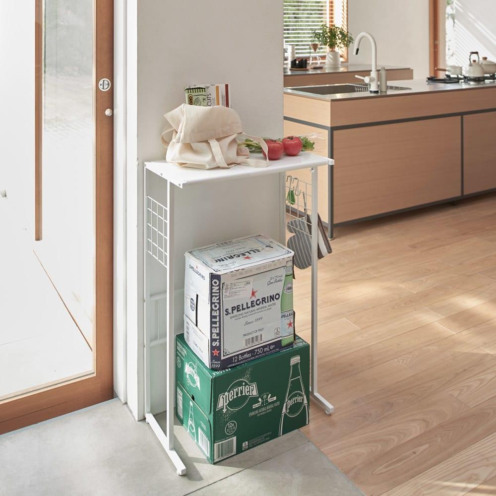 幅が伸縮するキッチン作業台ラック 奥行55cm 幅30cm~50cm 使用イメージ 天板は買い物袋などのちょい置きに、下は飲料ケース置き場に活用。 ※写真はワイドタイプ奥行30cmです。お届けはラックのみです。