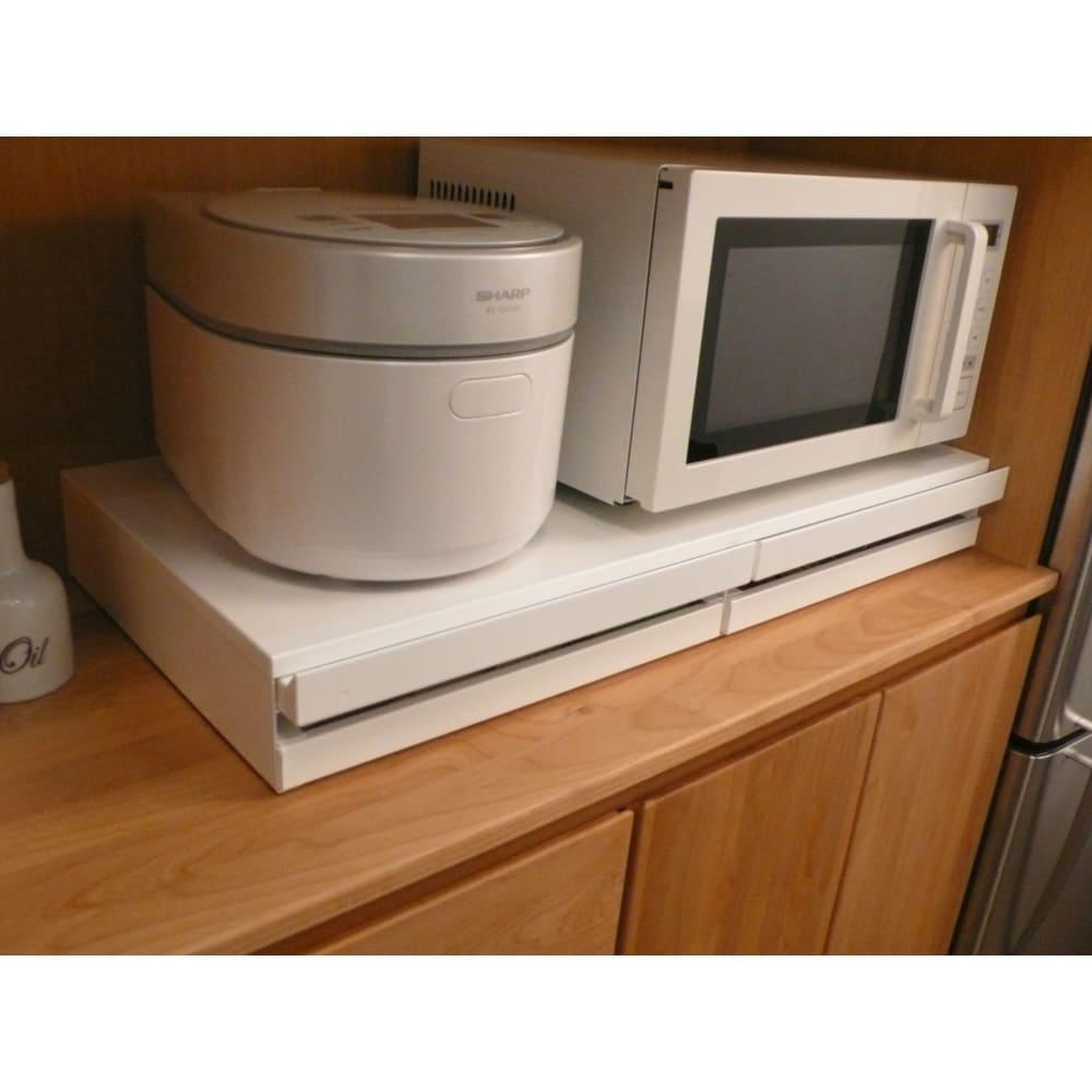 家電周りでの調理をサポートするレンジ下スライドテーブル 引き出し付き 幅45高さ10cm ※こちらの画像は幅80cmタイプです。