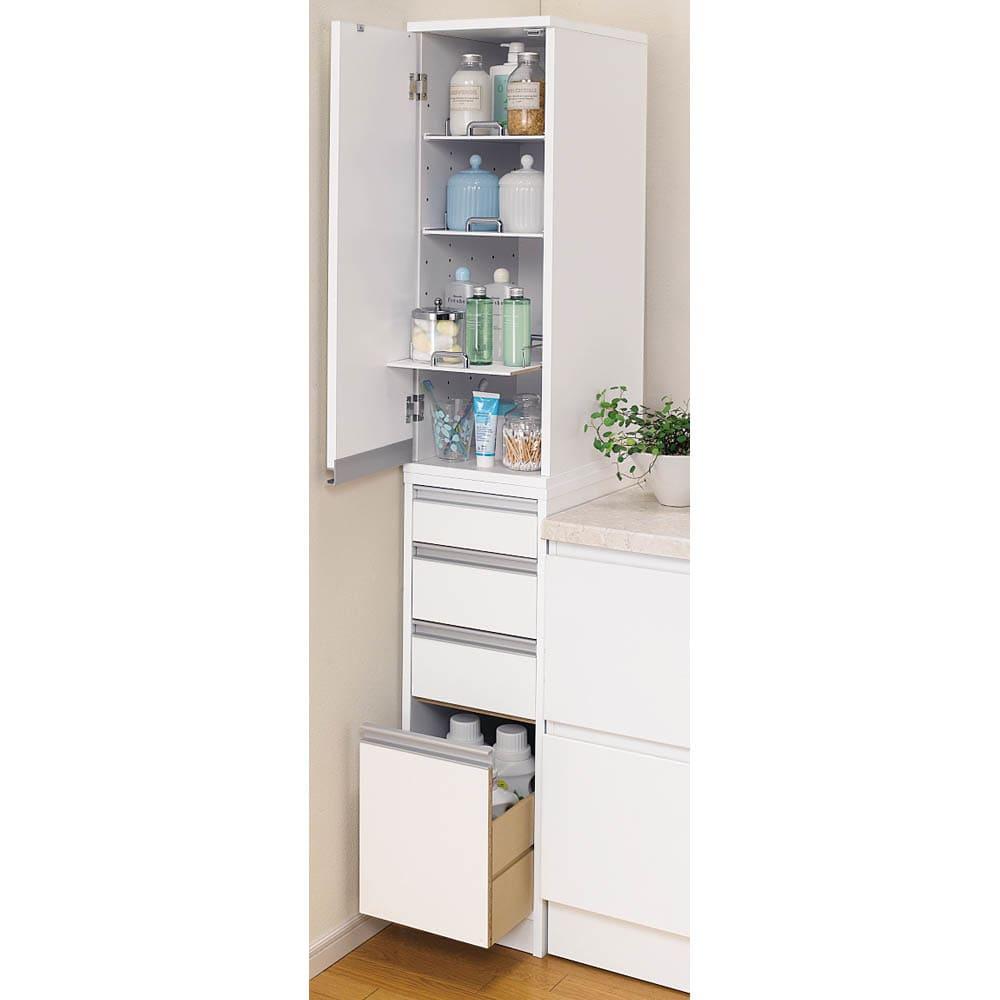 豊富なサイズから選べる 光沢仕上げすき間収納庫 幅30cm・奥行45cm 扉は左右どちら開きにも設置できます。