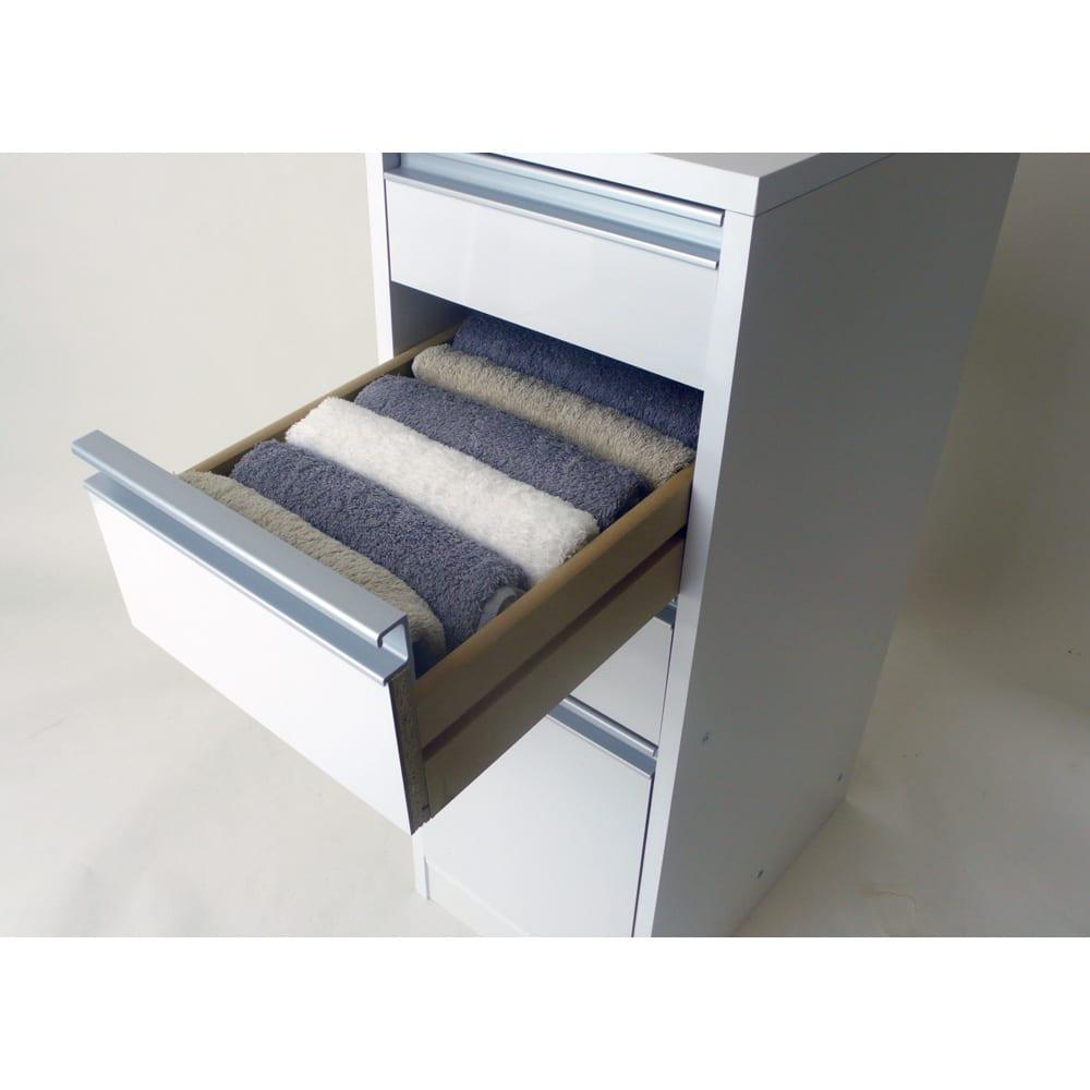 豊富なサイズから選べる 光沢仕上げすき間収納庫 幅30cm・奥行45cm フェイスタオルもきれいに収納。