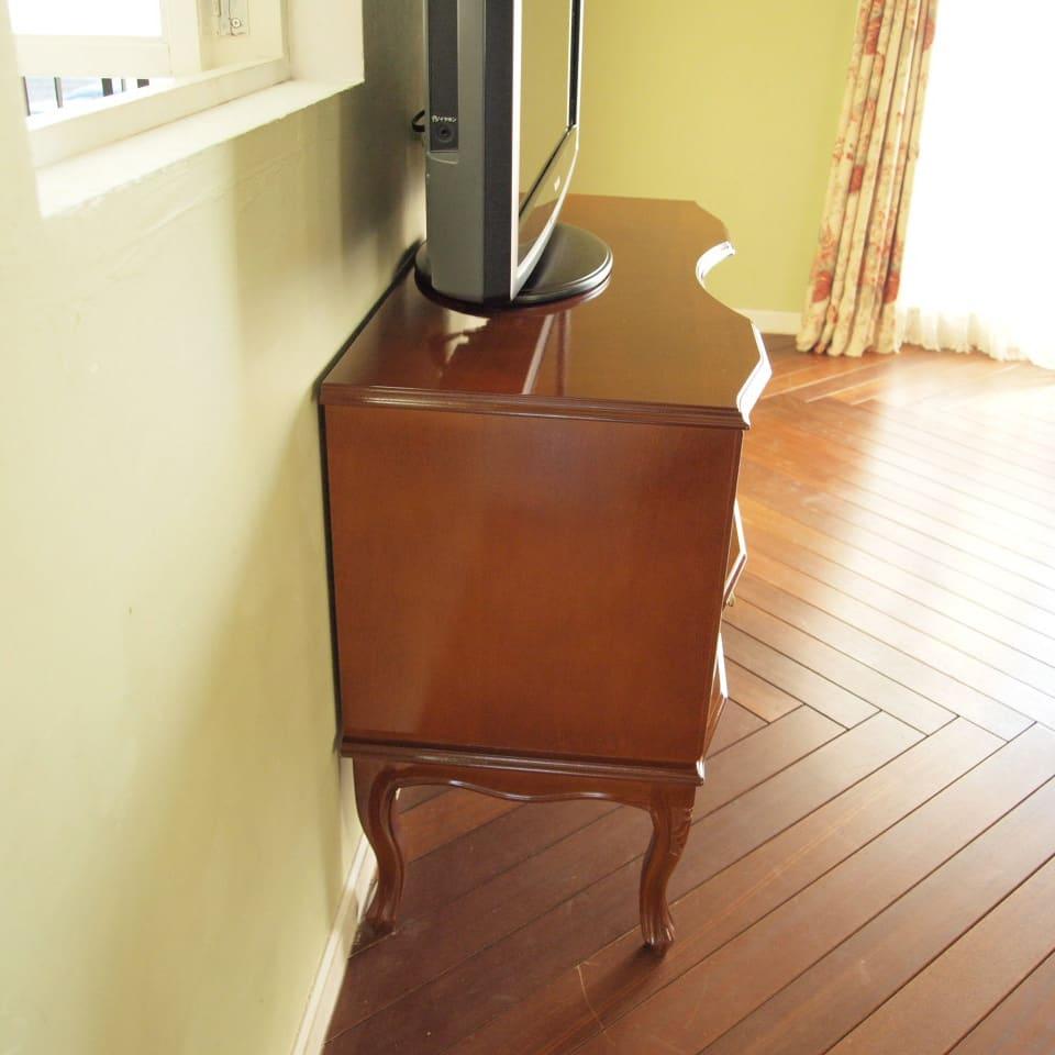 イタリア製 猫脚 象がんシリーズ テレビ台 幅87cm もちろんサイドから見ても艶めく逸品。