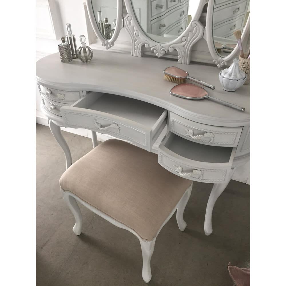 シャビーシック ホワイト フレンチ収納家具シリーズ ドレッサー 便利な引き出し付で、毎日のメイクがはかどります。