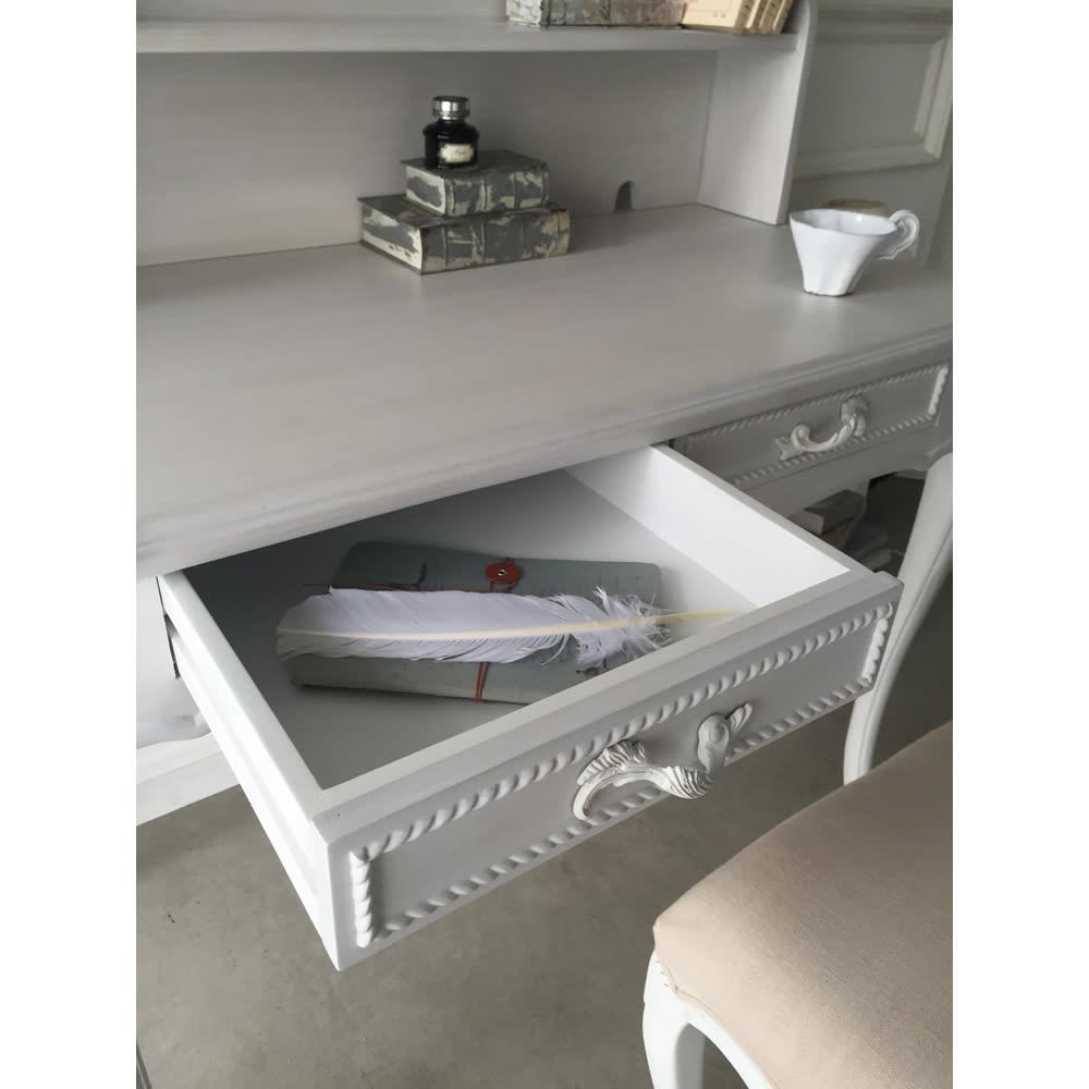 シャビーシック フレンチ リビング収納家具シリーズ デスク 資料や文具の収納に便利な、奥行たっぷりの引き出しも魅力です。