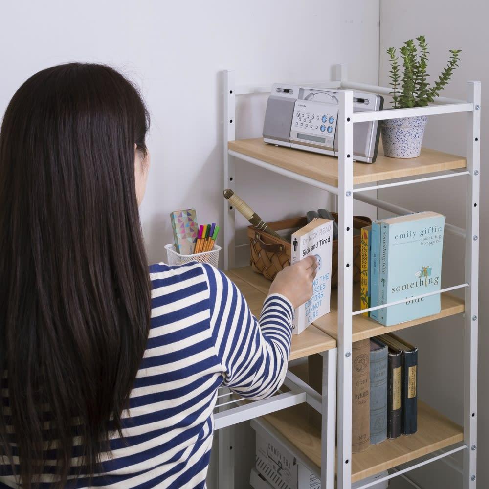 木目調収納ラック幅50cm奥行36cm 棚板は同シリーズのデスクと同じ高さに調整できるので、作業スペースが広がります。資料にもすぐに手が届き、作業効率アップをサポート。