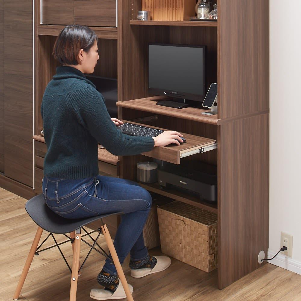 狭い場所でも収納たっぷり引き戸壁面収納シリーズ PCデスク 幅75.5cm スライドテーブルは幅約70cm 奥行30cm 床からの高さ約74cm 最大28cm引き出せます