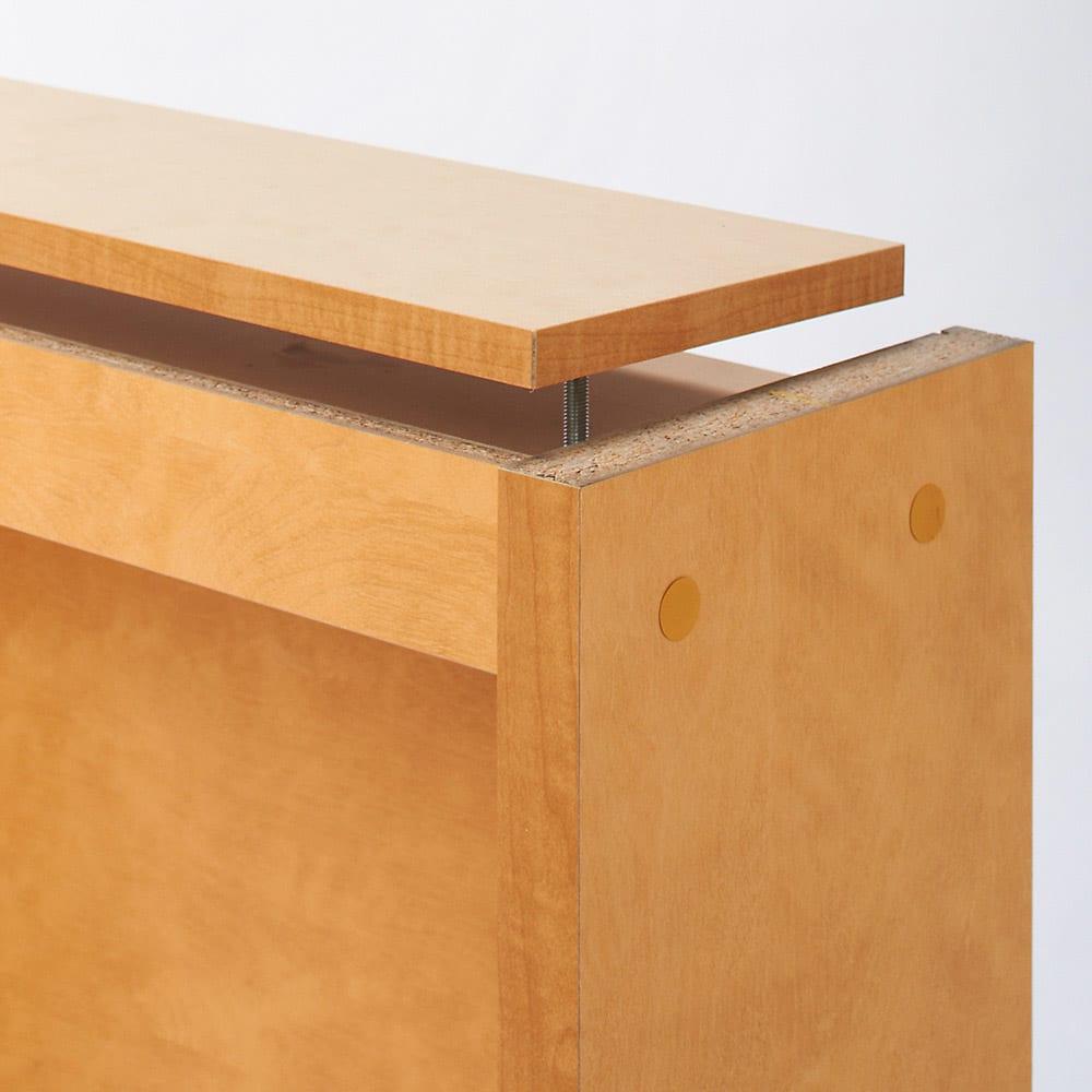 天井突っ張り式がっちりすっきり壁面本棚 奥行22.5cmタイプ 1cm単位高さオーダー 幅120cm・高さ207~259cm 突っ張り部。 収納部から突っ張り棒をドライバーで回すと、天板上の突っ張り板がせり上がり、天井に突っ張ることができます。定期的に点検してください。