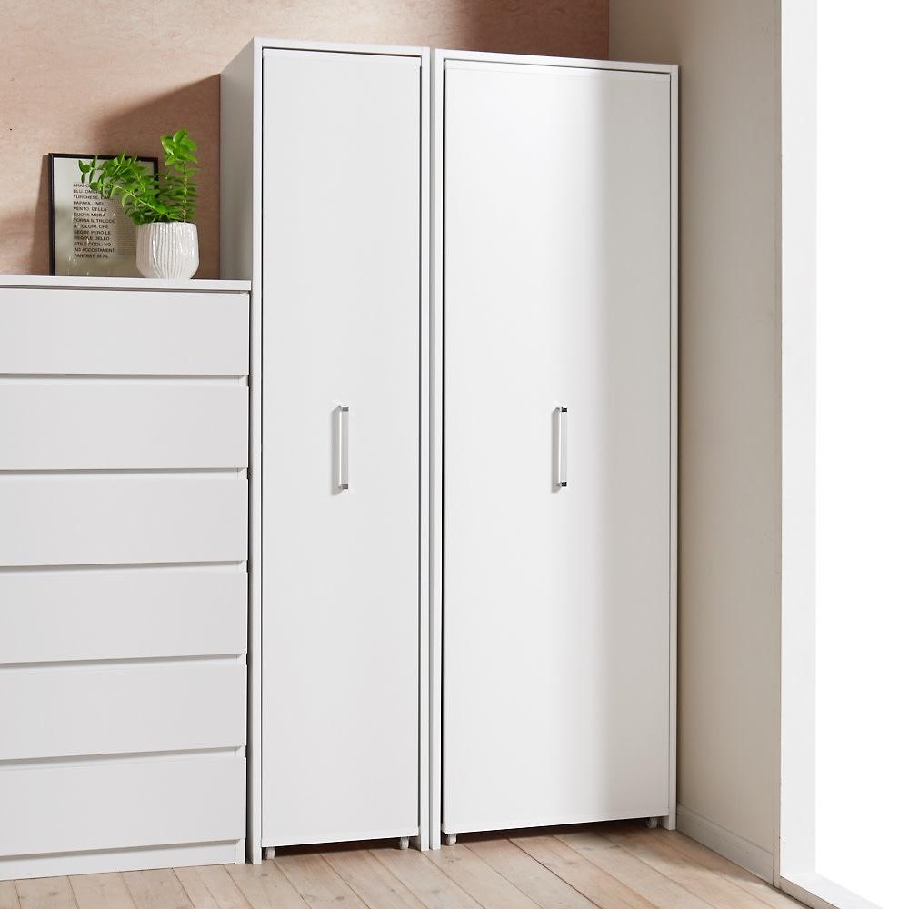 薄型で隠せる収納 衣類収納ロッカー ハンガータイプ コーディネート例(イ)ホワイト 引き扉を閉じている時は奥行45cmなので、圧迫感がないコンパクト設置を可能にしました。 お届けは右側のハンガータイプです。