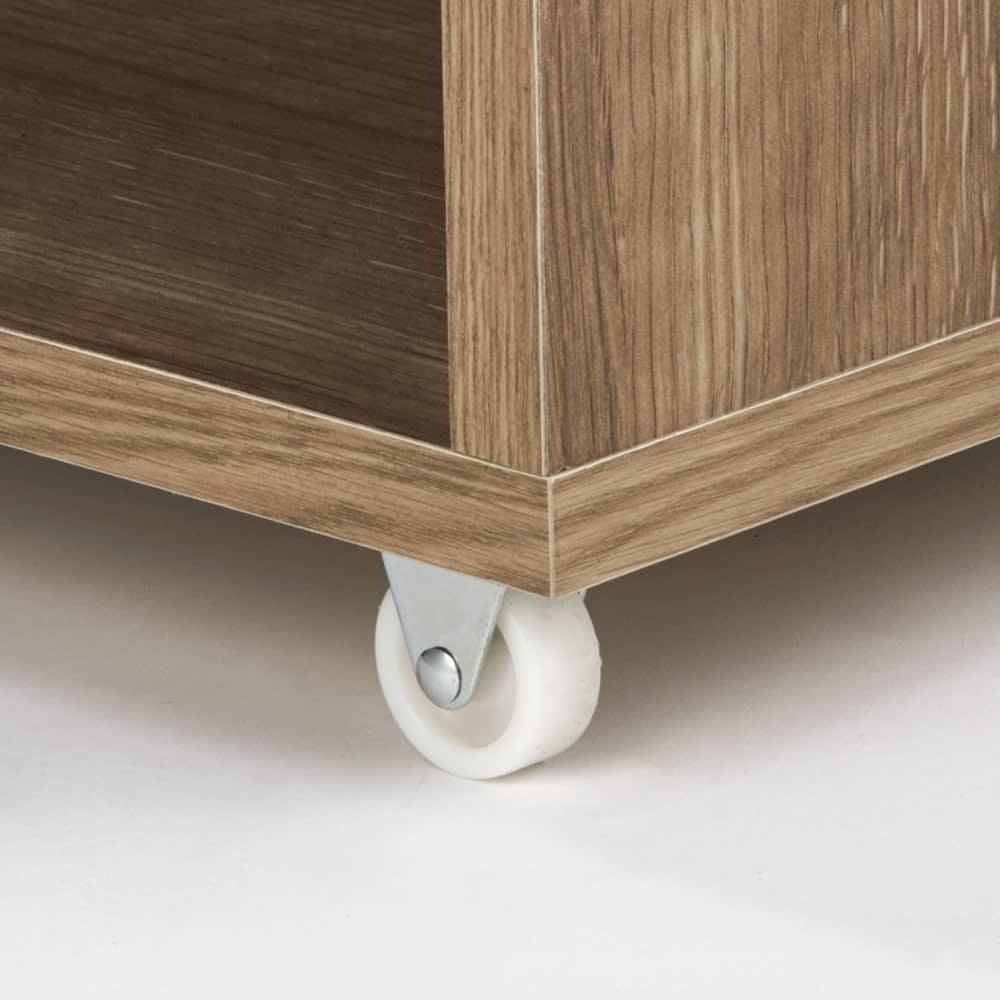 薄型で隠せる収納 衣類収納ロッカー 棚タイプ 頑丈な小型キャスターでスムーズに出し入れ可能。