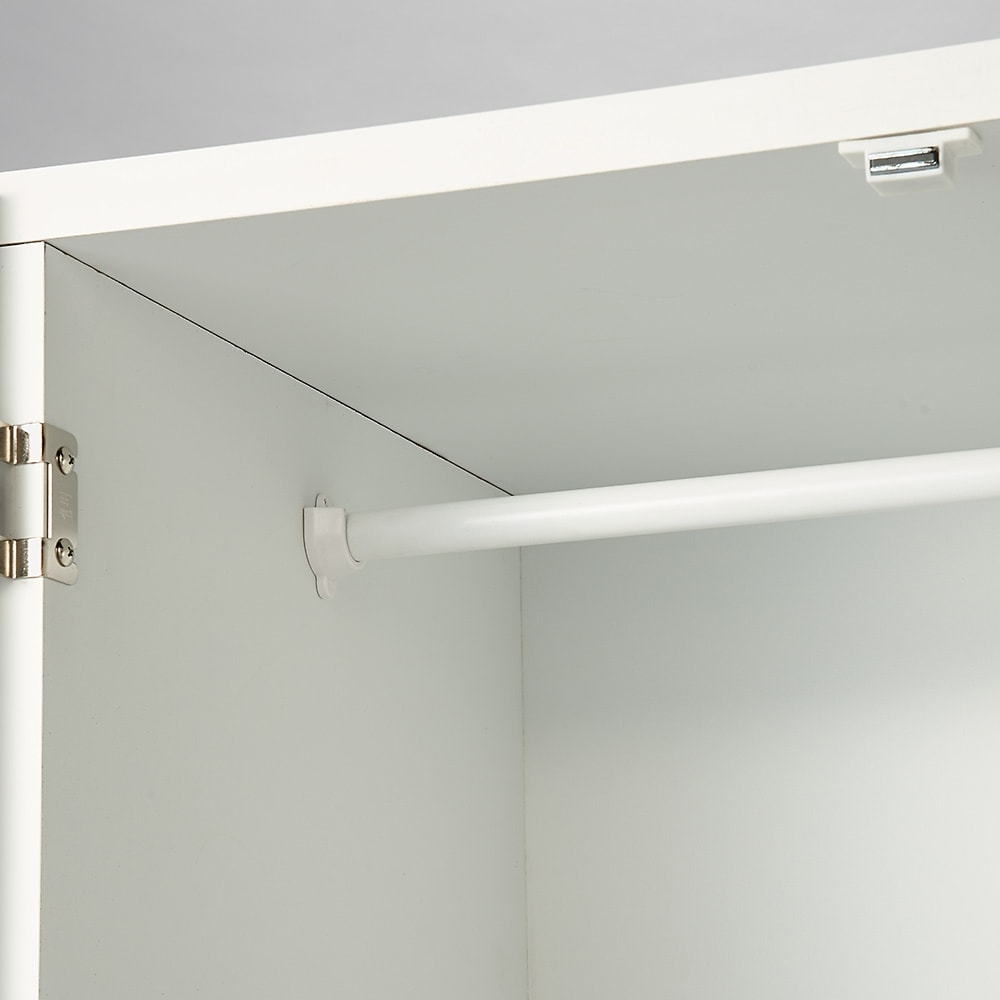 1台でスッキリハンガーラック 扉付き・幅59.5cm ハンガーはスチール製で洋服をしっかり支えます。