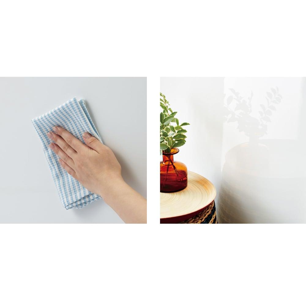 【日本製】引き戸式ミラーワードローブ 棚タイプ 幅148cm 左:耐汚性・耐傷性に優れた高級素材で、美しさが長持ち。お手入れも簡単です。 右:(エ)前面には光沢感が美しいピュアフィールを使用。お部屋に高級感を演出します。