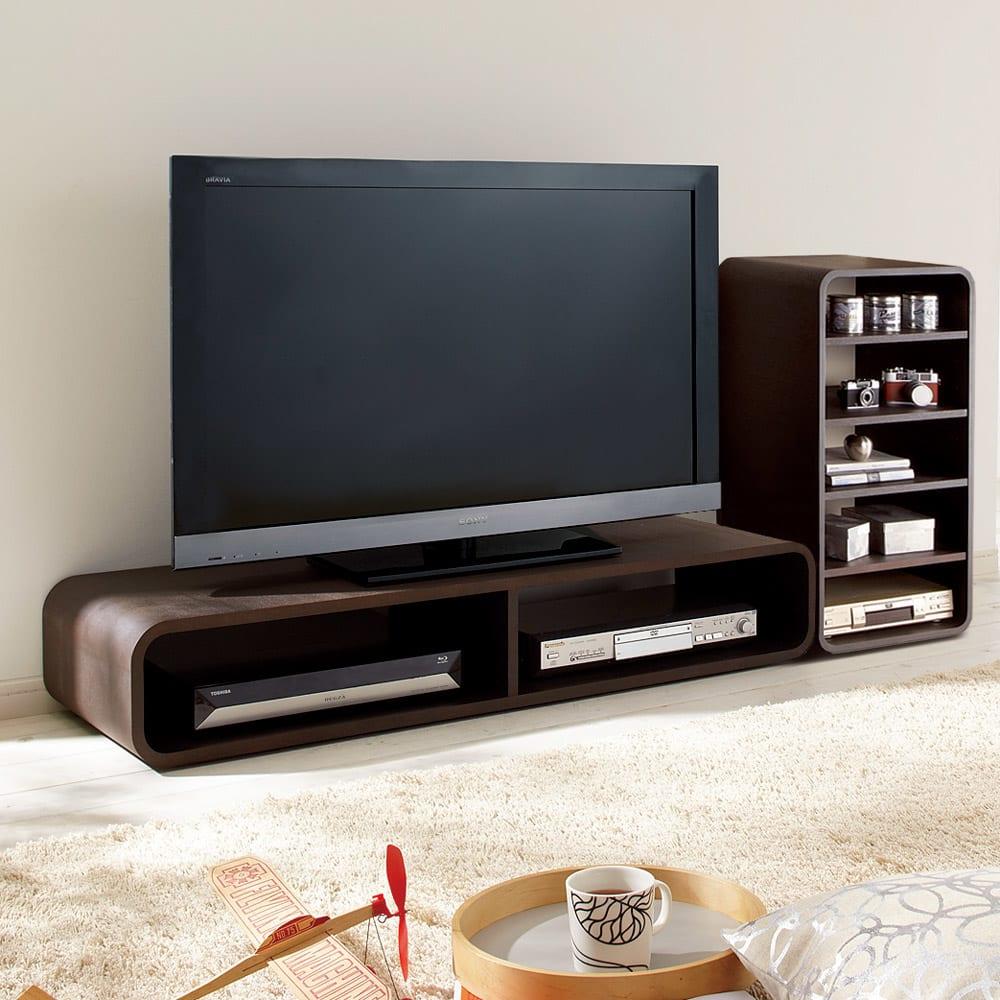 曲面加工のラウンドシェルフシリーズ テレビ台・テレビボード 1段2連 幅120cm 高さ21cm脚なしタイプ (使用イメージ)低めのテレビ台として。 ※お届けは(写真左)テレビ台1段2連タイプです。