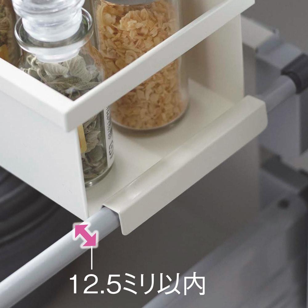 tower シンク下が使いやすくなる伸縮キッチンラック 引き出し幅にぴったりフィット!ラックの幅を引き出しに合わせて調整し、サイドバーに引っ掛けるだけ。(バーの太さ約12.5ミリ以内に対応)