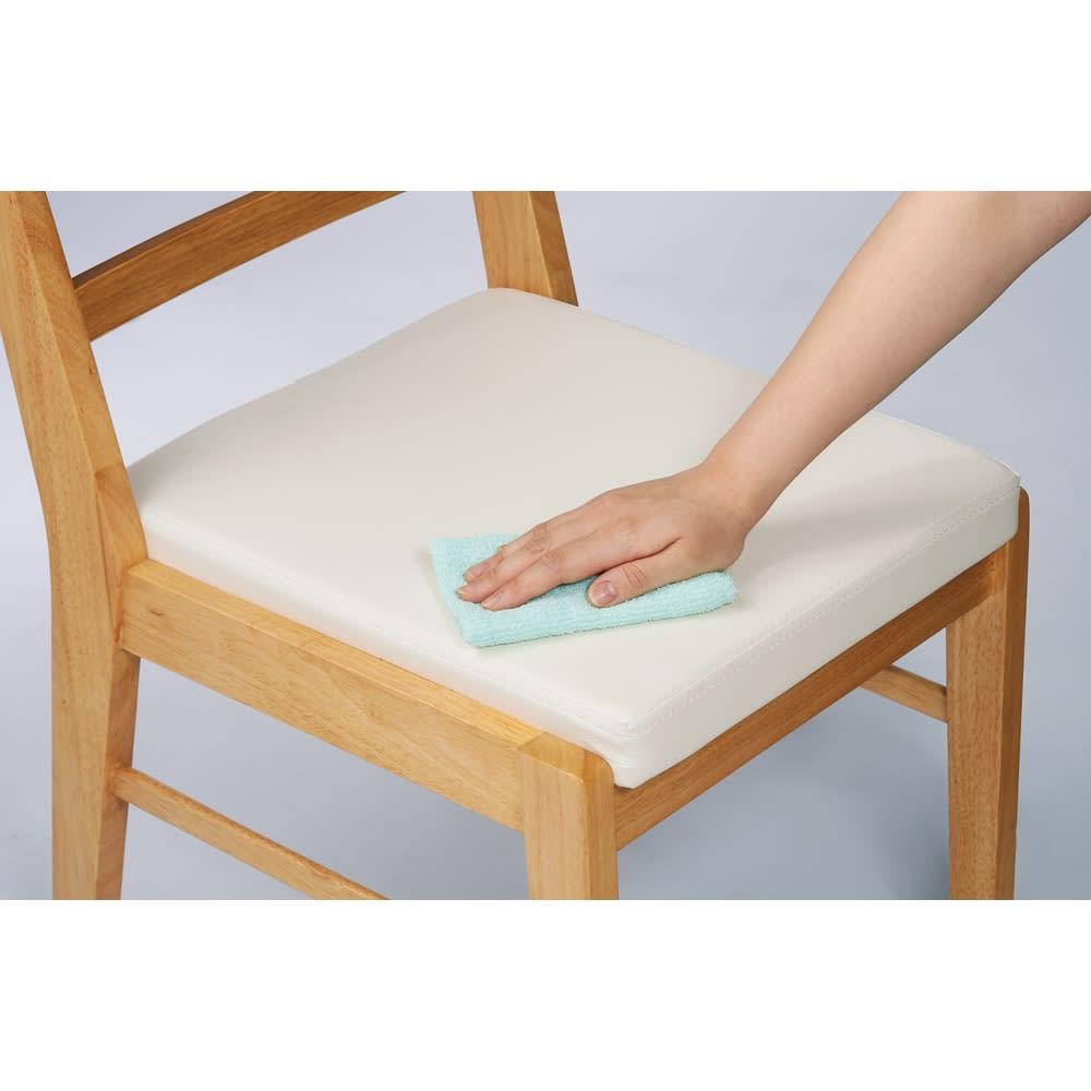 コミュニケーションが豊かになるダイニングシリーズ チェア同色2脚組 座面は汚れに強くお手入れしやすい合成皮革。