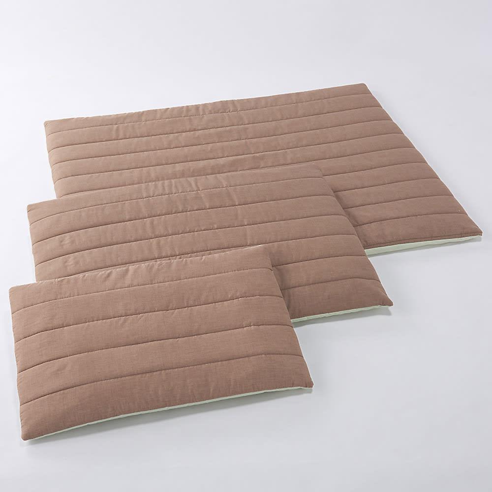 エアーラッセル使い ペットの体にも優しい敷き布団シリーズ 敷き布団 手前から、Sサイズ・Mサイズ・Lサイズ
