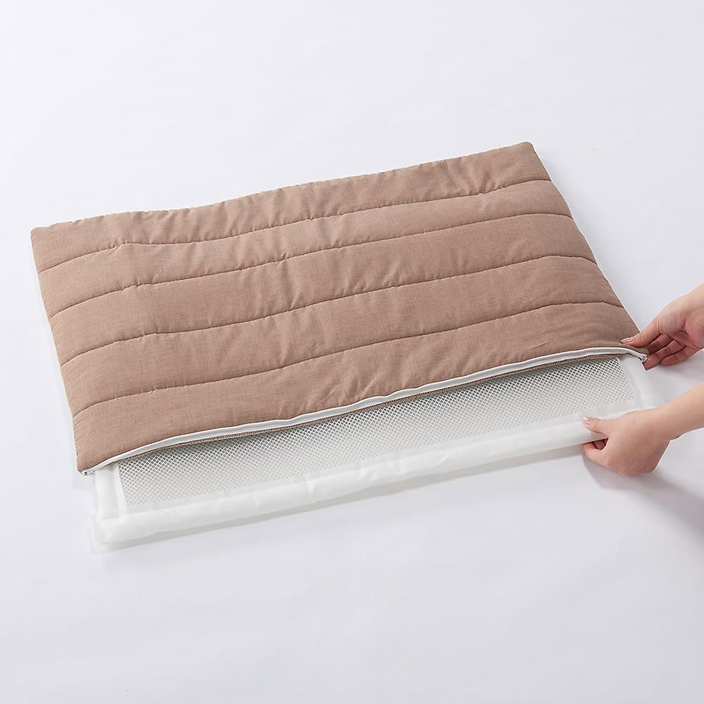 ペットのための敷布団 (あったかカバー付き) お手入れ時は中材を取り出し、側カバーはネットに入れて洗濯機に、中材はシャワーでさっと洗い流すだけ。