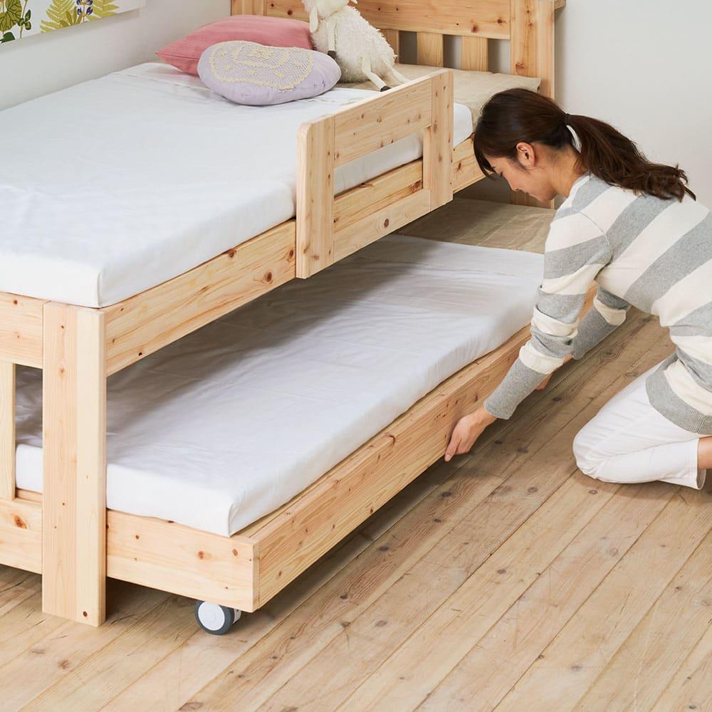 ひのきが香る天然木 親子すのこベッド 下段ベッド キャスター付きなのでベッドをスムーズに出し入れすることができます。