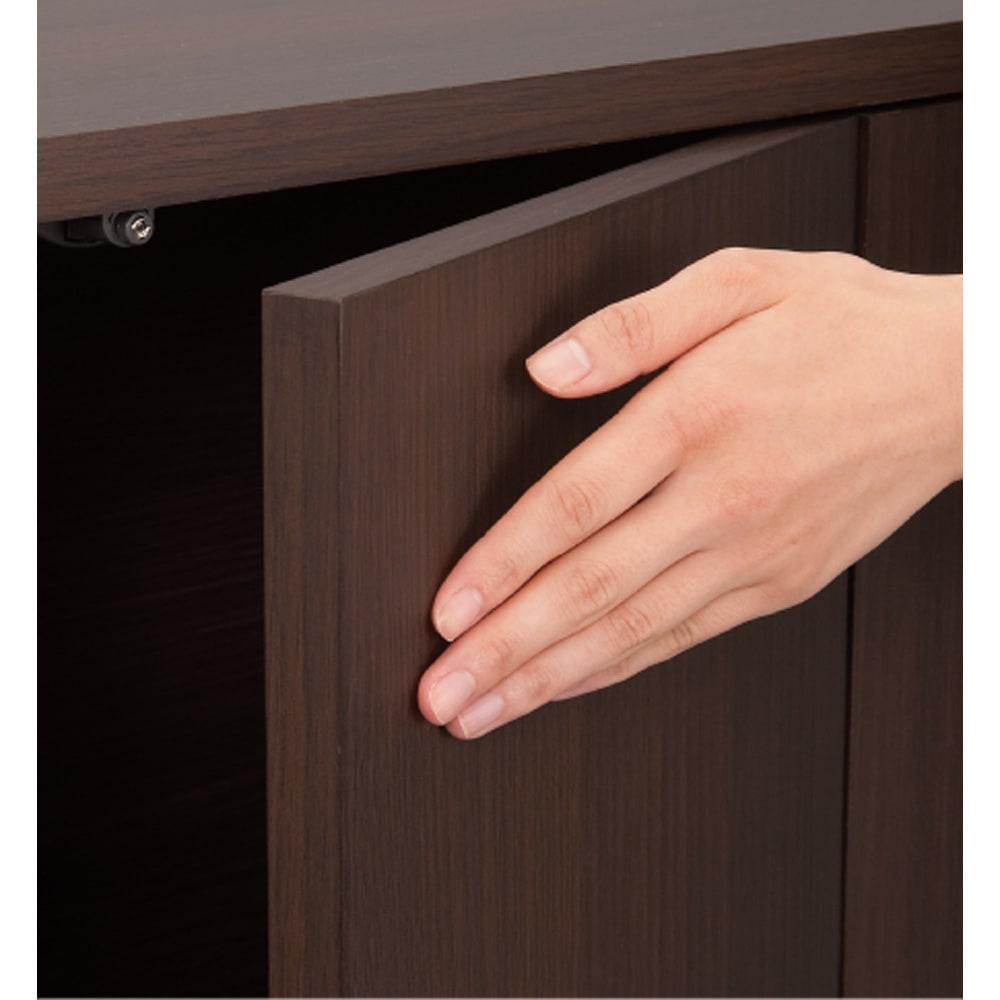 組立不要のリビングブックキャビネット 幅115.5cm奥行25cm高さ80cm 取っ手のないすっきりとした印象のプッシュ扉。