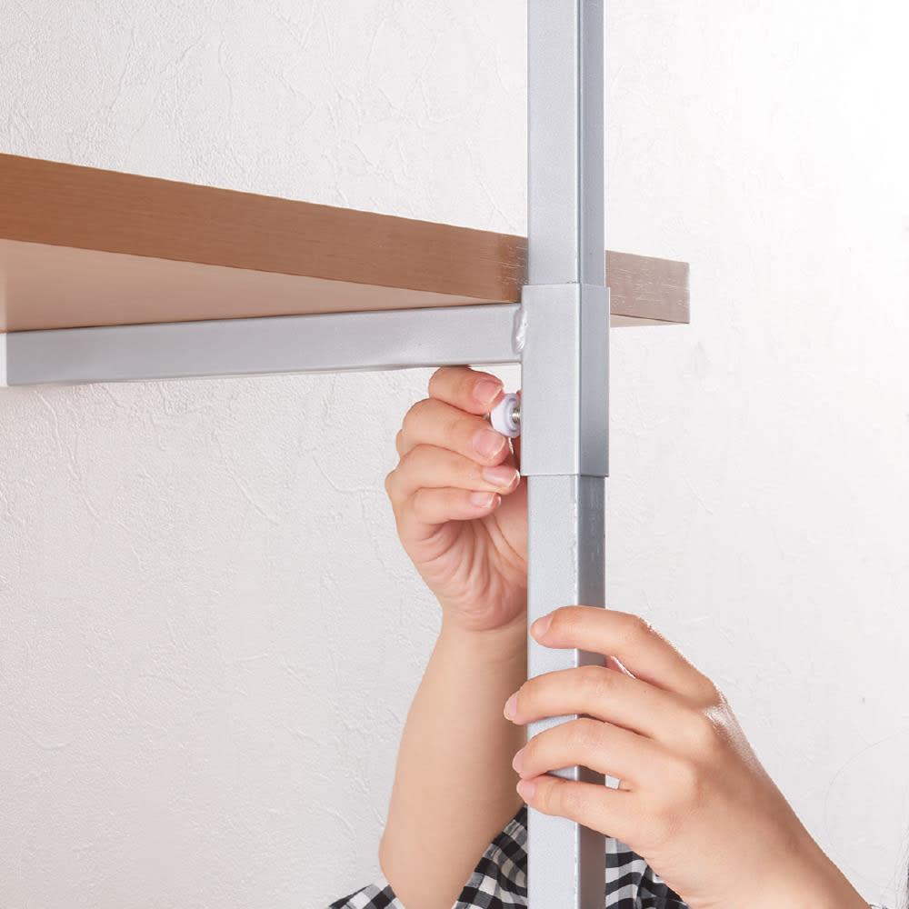 【日本製】棚板を無段階に調整できる突っ張りモダンラック 幅59.5cm・6段 棚板は下の両端にあるツマミを回して高さ調節ができます。前面に金具があるのでいちいち後ろにまわることなく、高さ調節がラクラク。