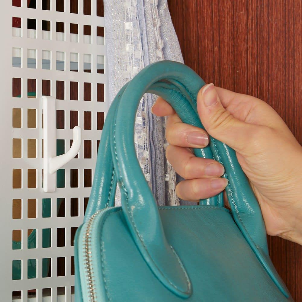 小物やバッグまですっきり片付く パンチングシューズラック 幅93cm 帽子やバッグ、傘などを見やすく掛けて収納できるフック付き。