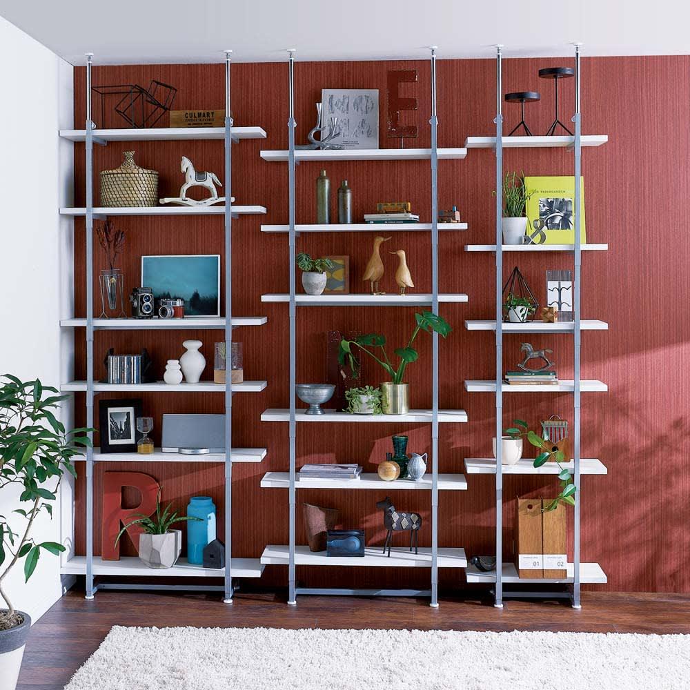 【日本製】棚板を無段階に調整できる突っ張りモダンラック 幅59.5cm・6段 棚板は高さが無段階で自由に変えられるので、飾るものの大きさに合わせてきれいにディスプレイできます。※(イ)ホワイト 左から幅89.5cm6段×2、幅59.5cm6段タイプになります。