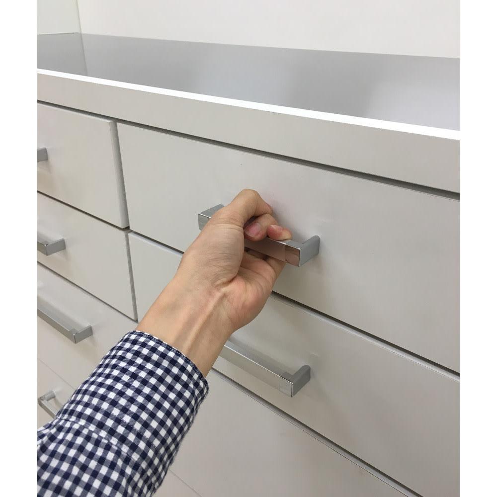 【分類して効率収納】引き出しいっぱいステンレストップカウンター 幅119cm 取っ手は手がかけやすく開けやすい仕様です。