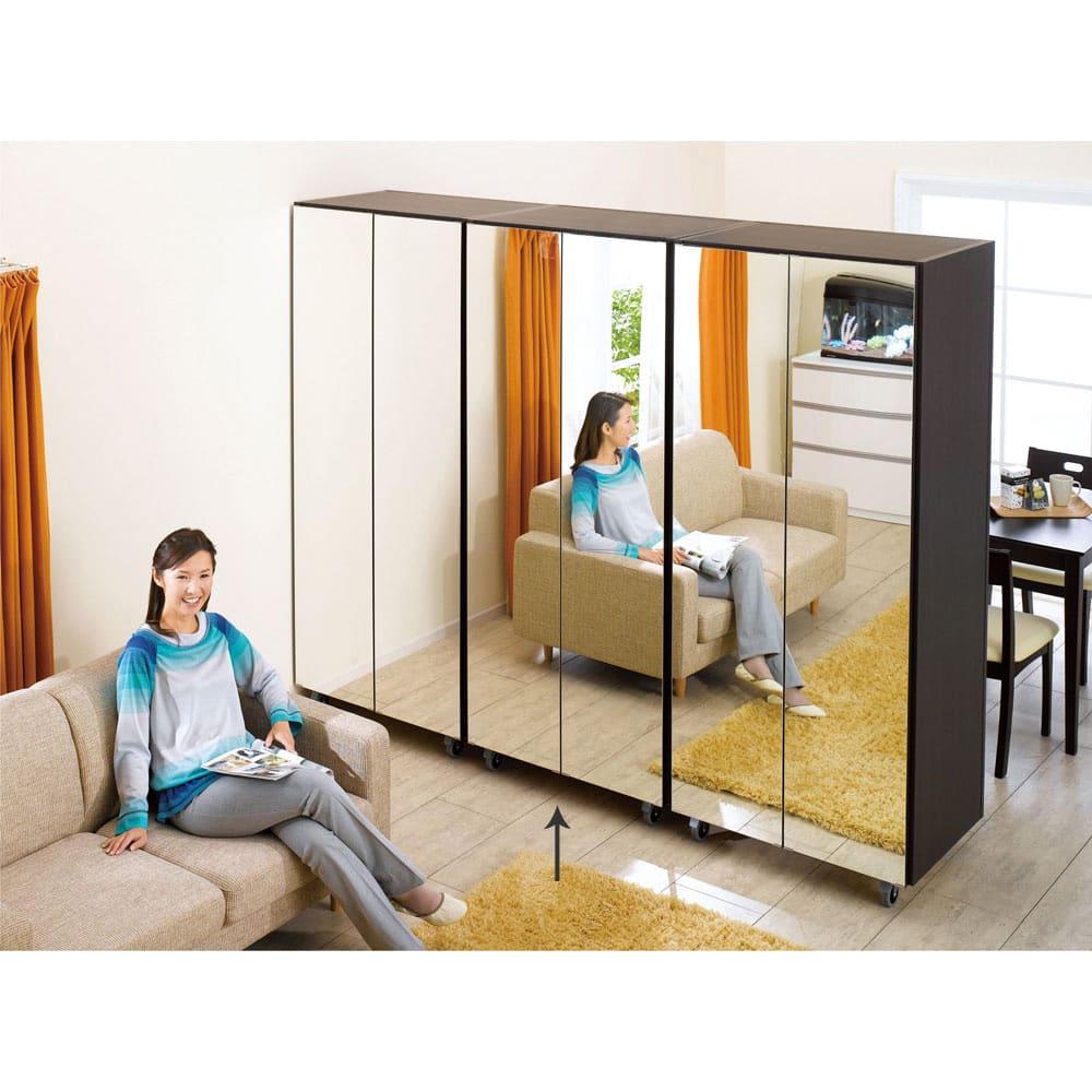 移動式間仕切りクローゼットハンガー ミラー扉タイプ・ハンガー2段 ミラータイプはお部屋を広く見せる効果もあります。