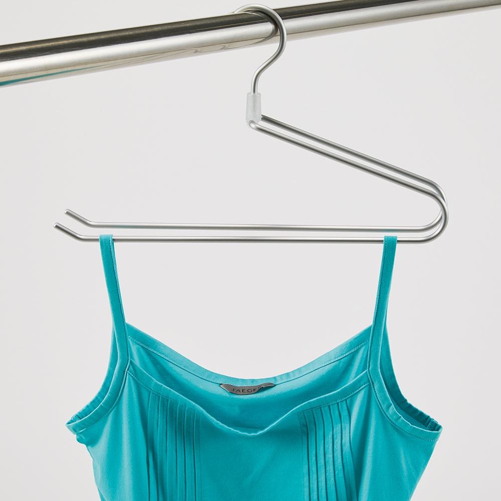 コンパクトになるタオルハンガー 小4本 小のフェイスタオル用はキャミソールや靴下などの小物も干せます。