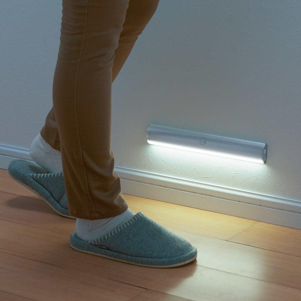 人感センサー足元LEDライト (ア)シルバー まぶしすぎない光。廊下やトイレの明るい光で目がさえてしまうのを防げます。 ※写真は幅30cmタイプです。