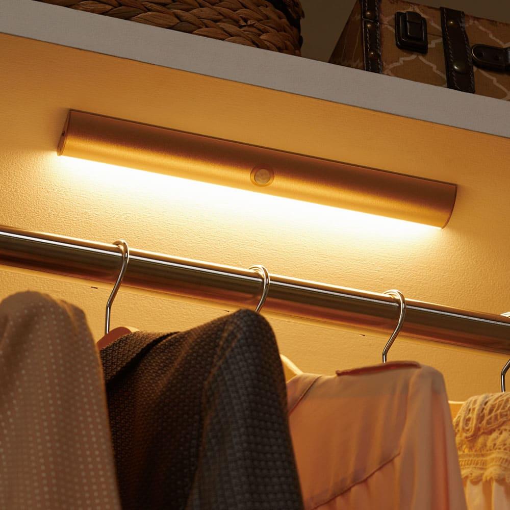 人感センサー足元LEDライト (イ)シャンパンゴールド クローゼットに設置すれば、暗い奥の服も見やすく。 ※写真は幅30cmタイプです。