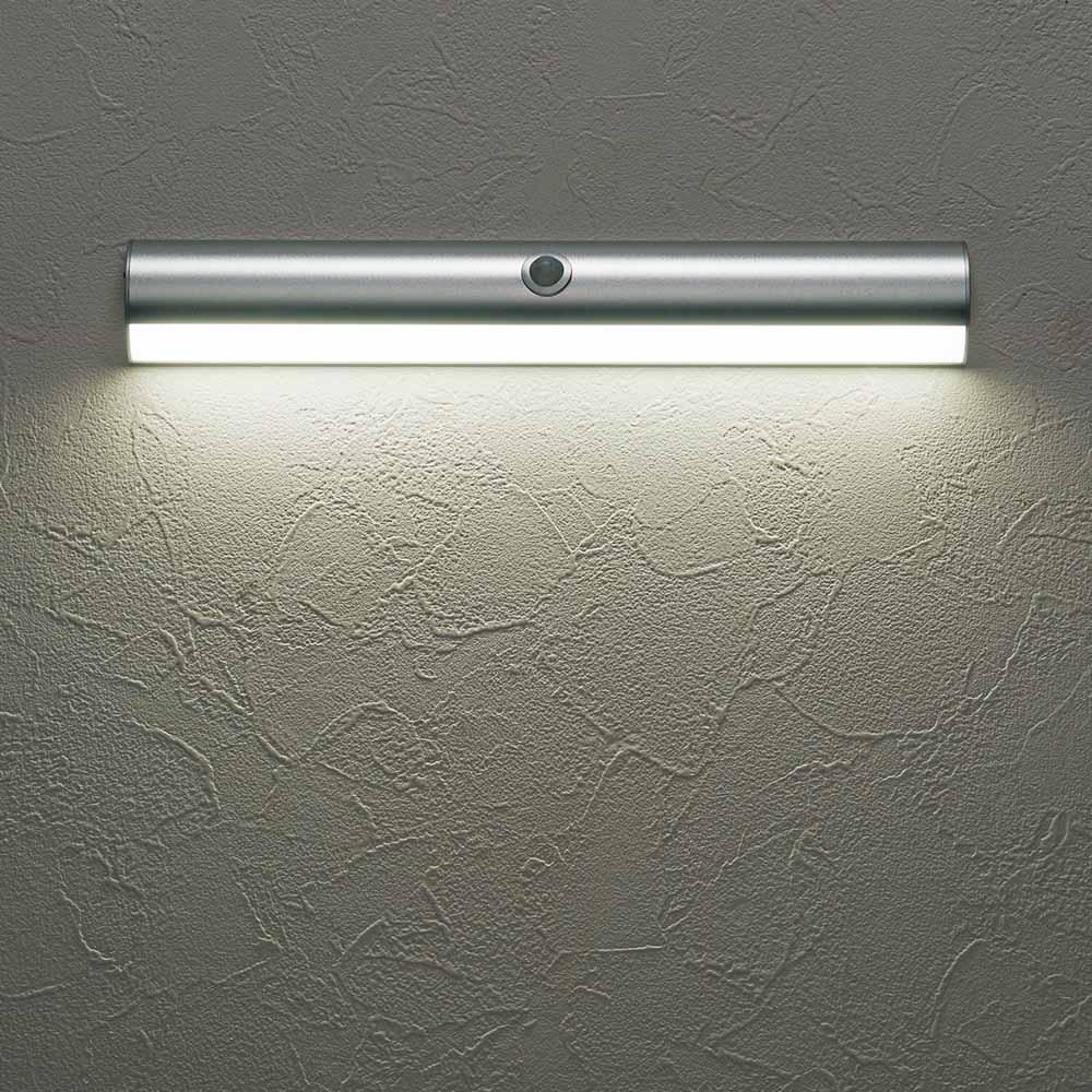 人感センサー足元LEDライト (ア)のシルバーは昼白色。雰囲気に合わせ、お好みの光を選べます。