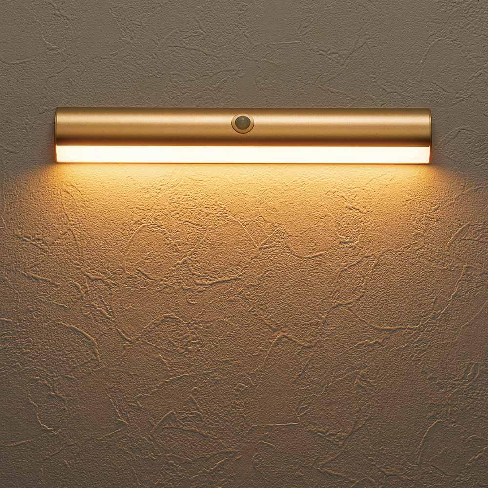 人感センサー足元LEDライト (イ)のシャンパンゴールドは電球色。雰囲気に合わせ、お好みの光を選べます。
