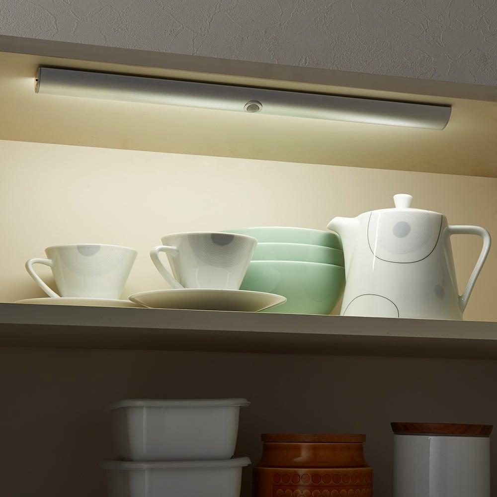 人感センサー足元LEDライト 戸棚の上に設置すれば探しにくい奥のものまできれいに見えて、便利です。