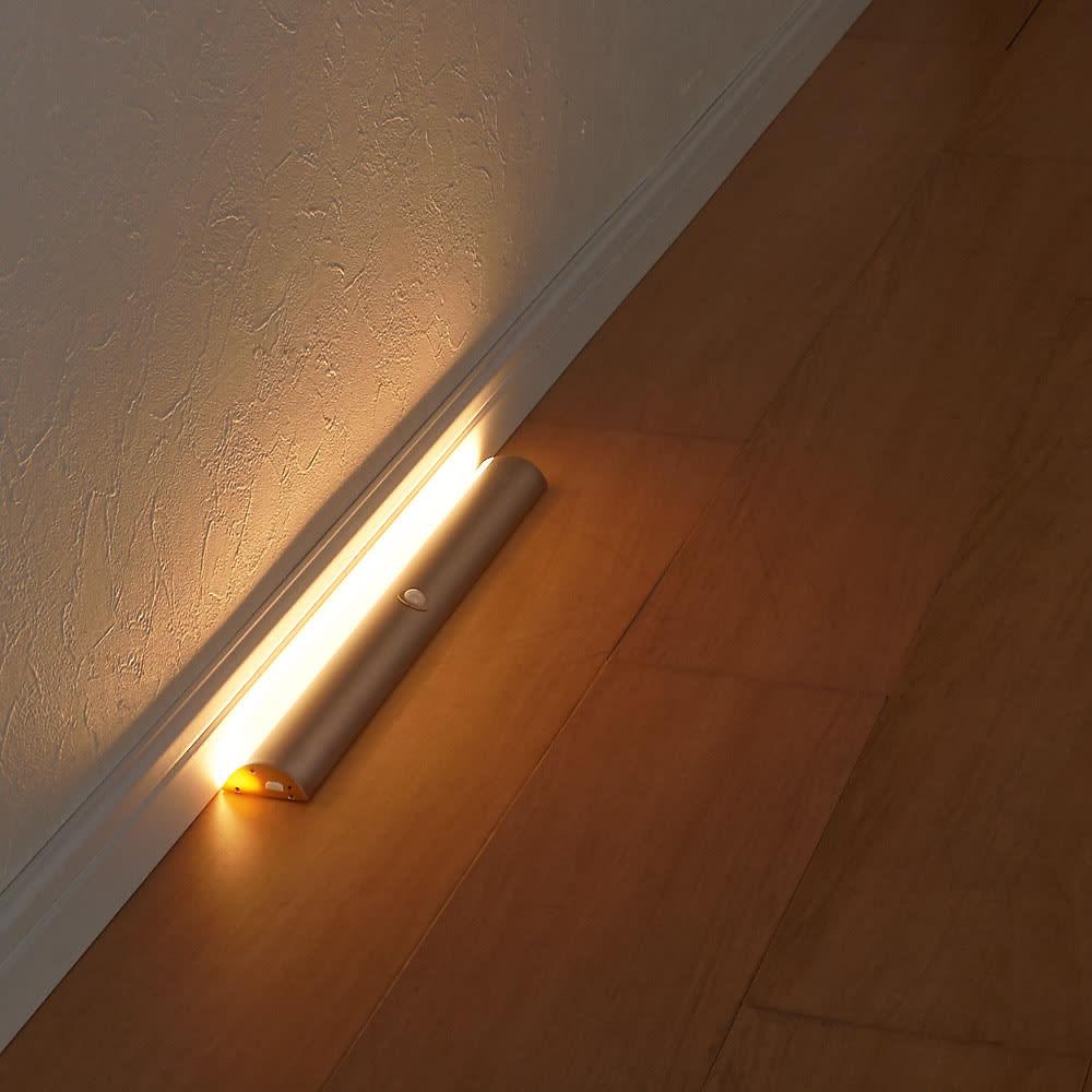 人感センサー足元LEDライト 廊下に設置すれば、夜間お手洗いに行くときにも気配を察知して自動で点灯してくれるので、つまづいたりする心配もありません。