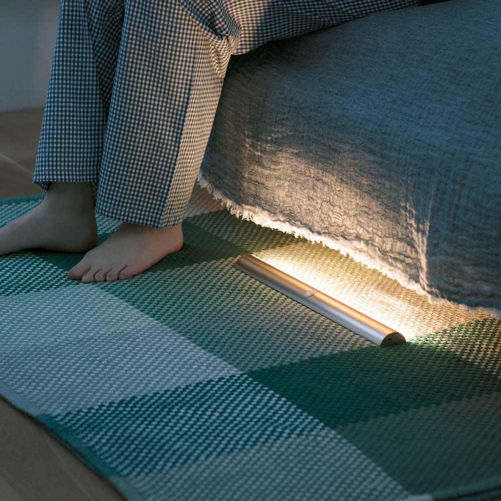 人感センサー足元LEDライト (イ)シャンパンゴールド ベッドの足元に置けば夜中に起きた時も自動で照らしてくれるから安心。