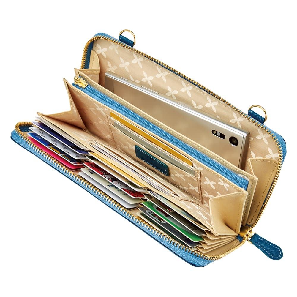 レザーのウォレットポシェット (イ)ターコイズブルー 札入れにはパスポートやスマホも入れられます。