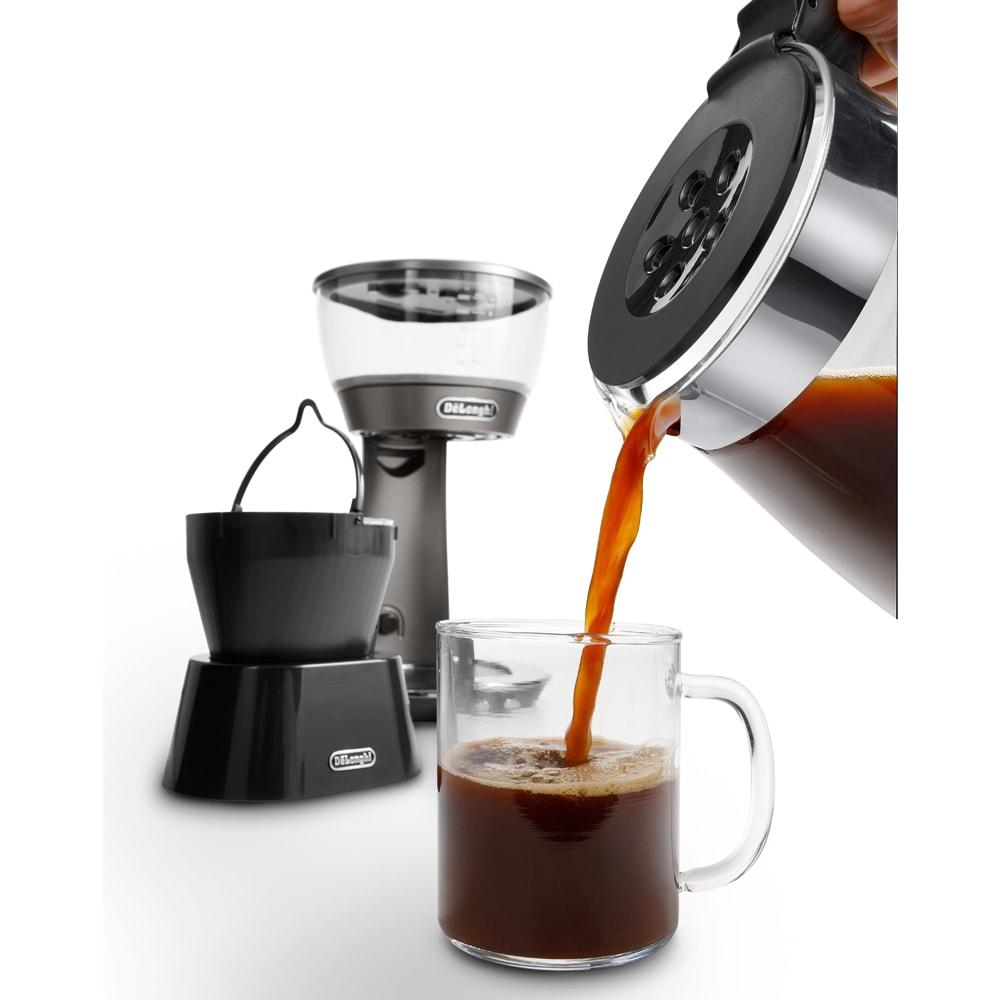 デロンギ ドリップコーヒーメーカー クレシドラ 注ぐときは下のカラフェを外して。その際に外したドリッパーを置いて置けるスタンドもセットされています。これは結構重要ポイント。