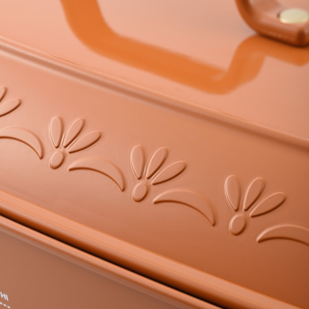BRUNO/ブルーノ ホットプレート グランデサイズ (エ)のオレンジの蓋には凹凸のあるデザインがあります