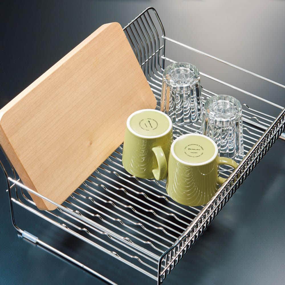 ハナウタ 皿を縦にも横にも置ける水切り ロングタイプ 滑って倒れてしまう、まな板やフライパンも底面の凹凸のおかげですっきり立てて乾かせます。
