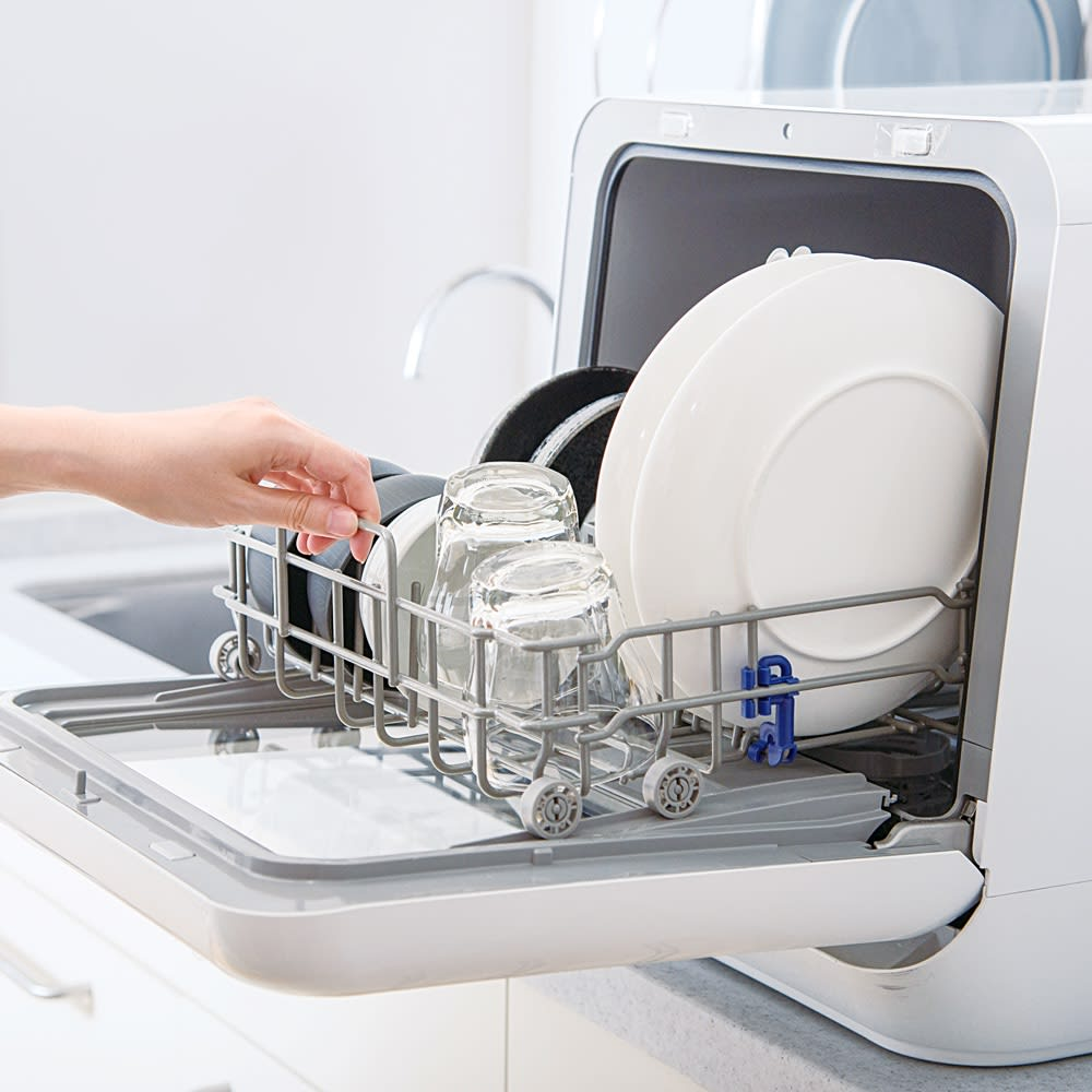 【ディノス先行販売】水栓工事のいらない食器洗浄乾燥機 販路限定カラー 3人分の食卓で使う食器が、一度にまとめて洗浄できます。カゴを手前までしっかり引き出せるから、食器の出し入れもスムーズ。