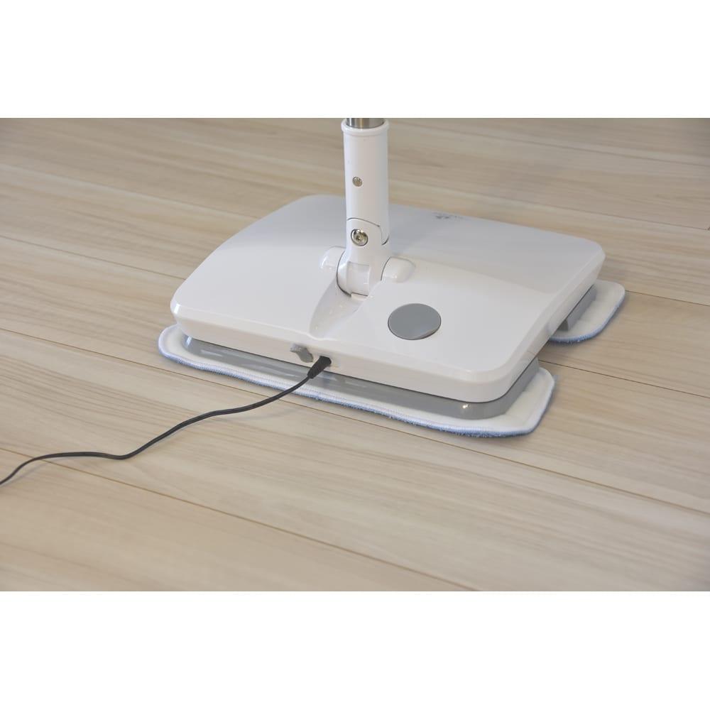 コードレス電動モップ(水スプレー機能付き) 約3時間でフル充電OK。連続約50分使用可能。本体裏側にACアダプターをつなぐだけです。