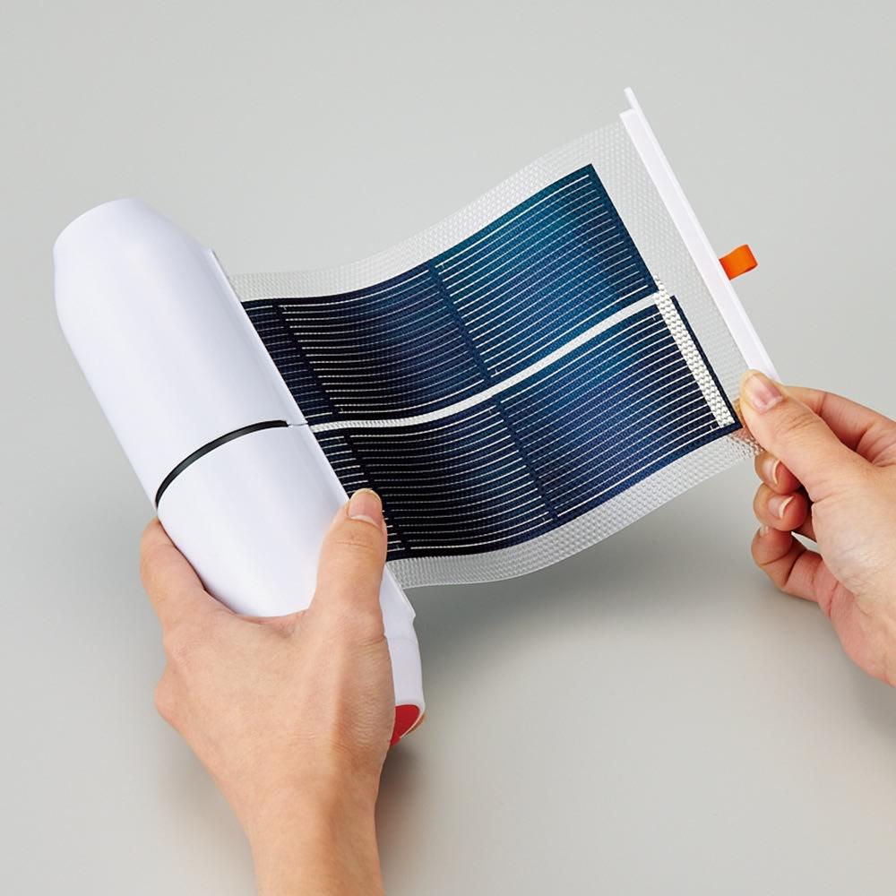 収納式ソーラーシートSOSライト サッと引き出すだけ 本体からソーラーシートが引き出せます。使わないときはくるくる巻いて収納できるから邪魔にならず、コンパクトに収納。