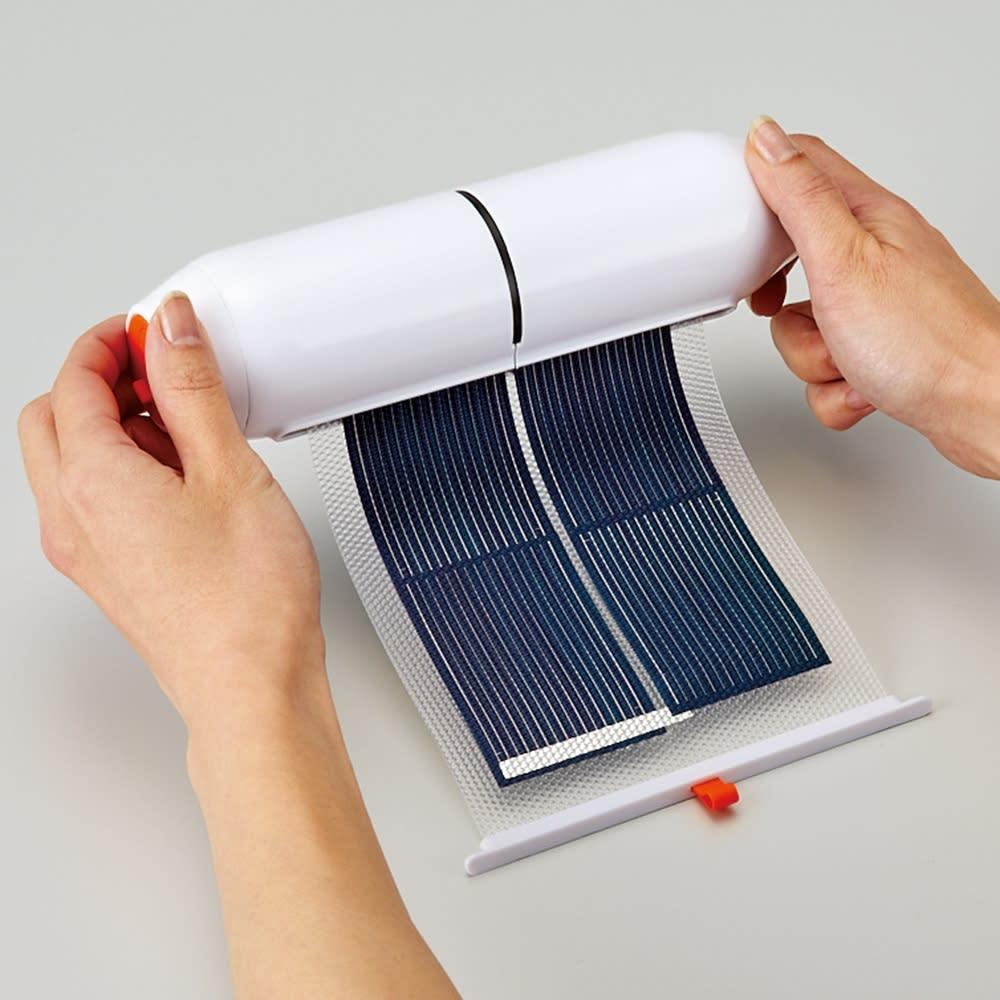 収納式ソーラーシートSOSライト コンパクトに収納。巻くだけなので手軽です。