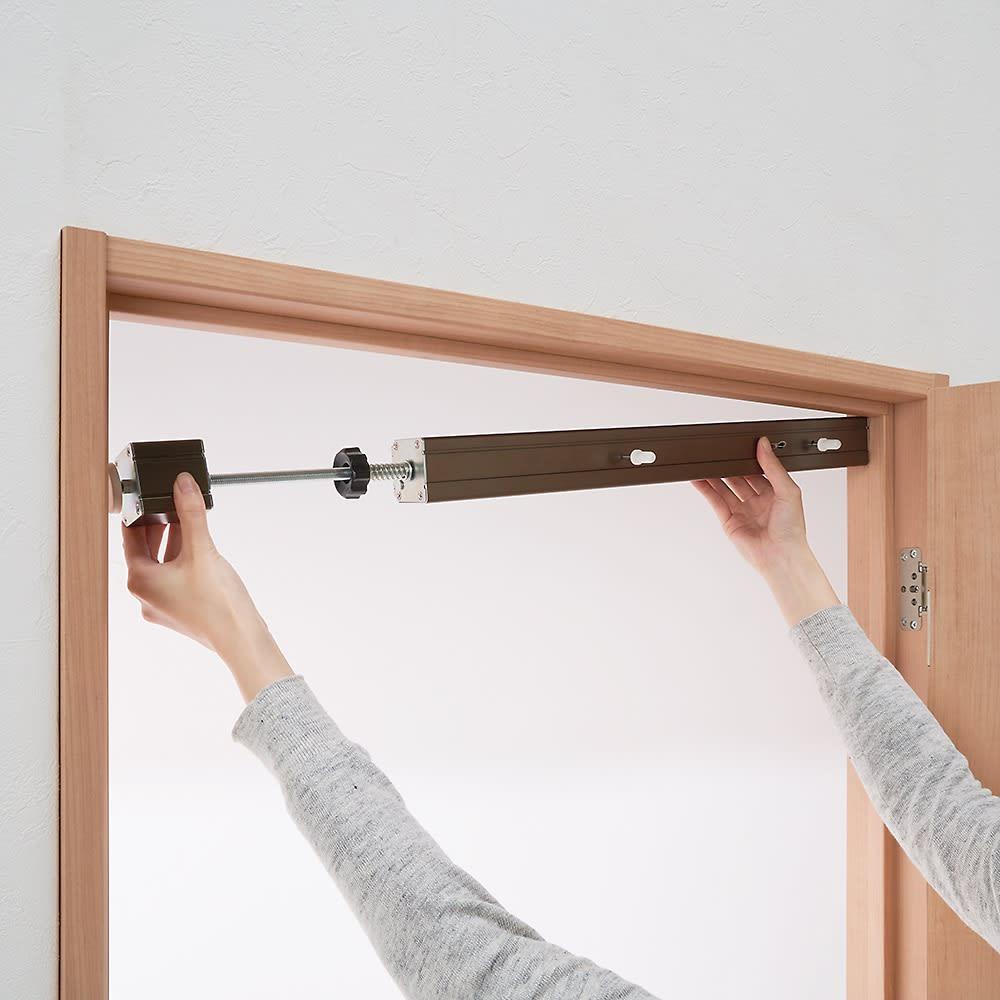 ペット用ドア開閉アイテム「わんにゃんフリーパス」 工事は一切不要。ご自宅のドアの枠に取り付けるだけ。