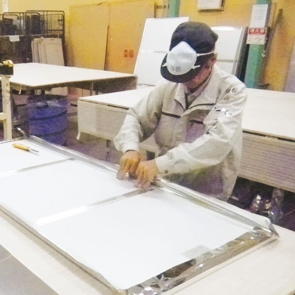 割れない軽量フィルムミラー[額装風 樹脂フレーム] メイド・イン・ジャパンの実力。丁寧な手張りで1つ1つ作られています。