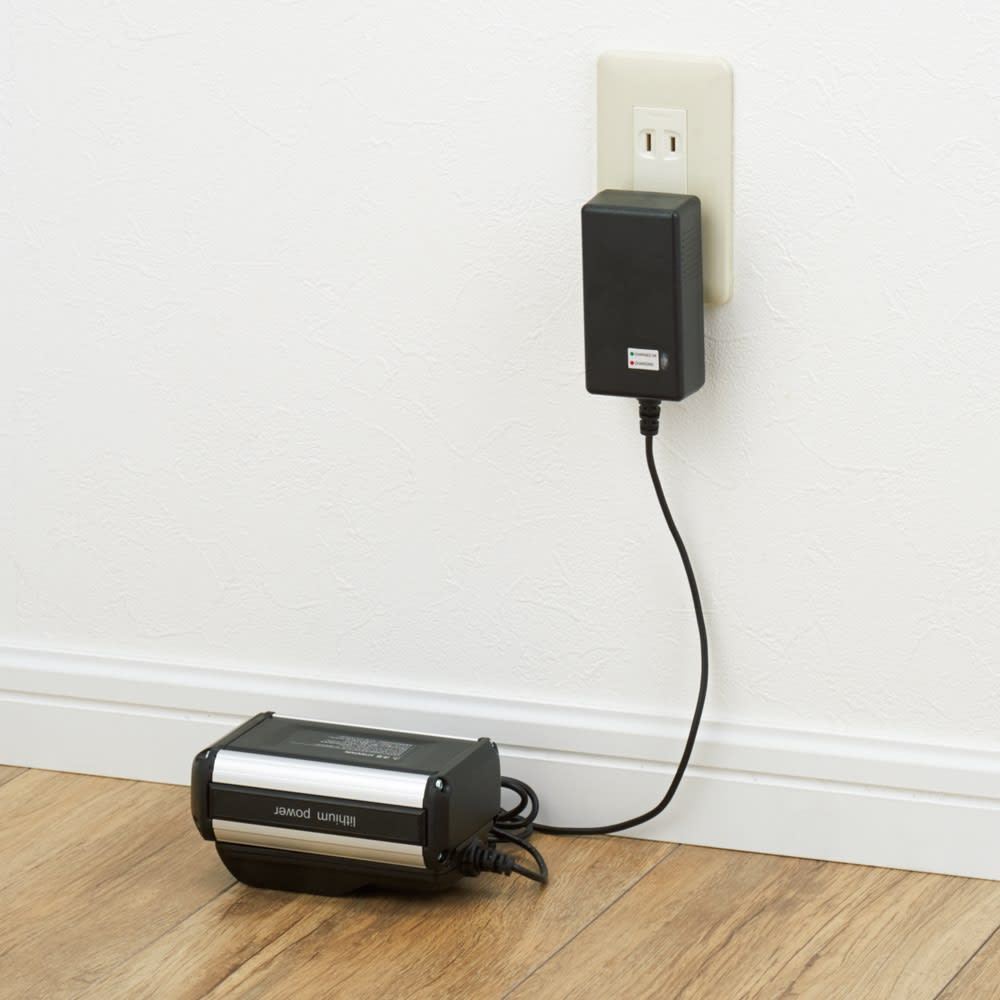 ポータブル コードレス洗浄機KB007 21V高速充電器付き。わずか2.5時間で充電完了。バッテリーパックはワンタッチで取り外し可能。