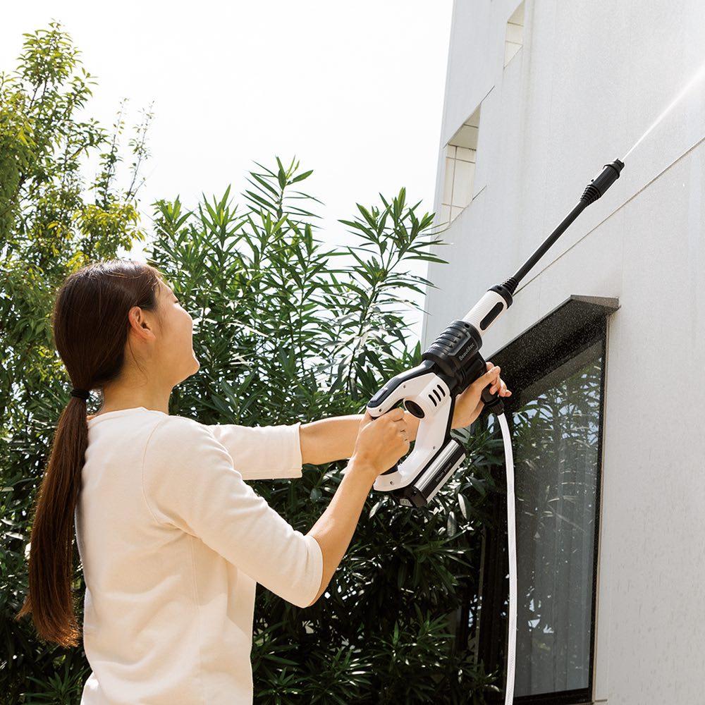 ポータブル コードレス洗浄機KB007 外壁に ロングノズル(ストレート) 外壁の洗浄などには、離れたところまで噴射できるロングノズルで。ヘッドはストレートから扇形まで無段階調節可能。