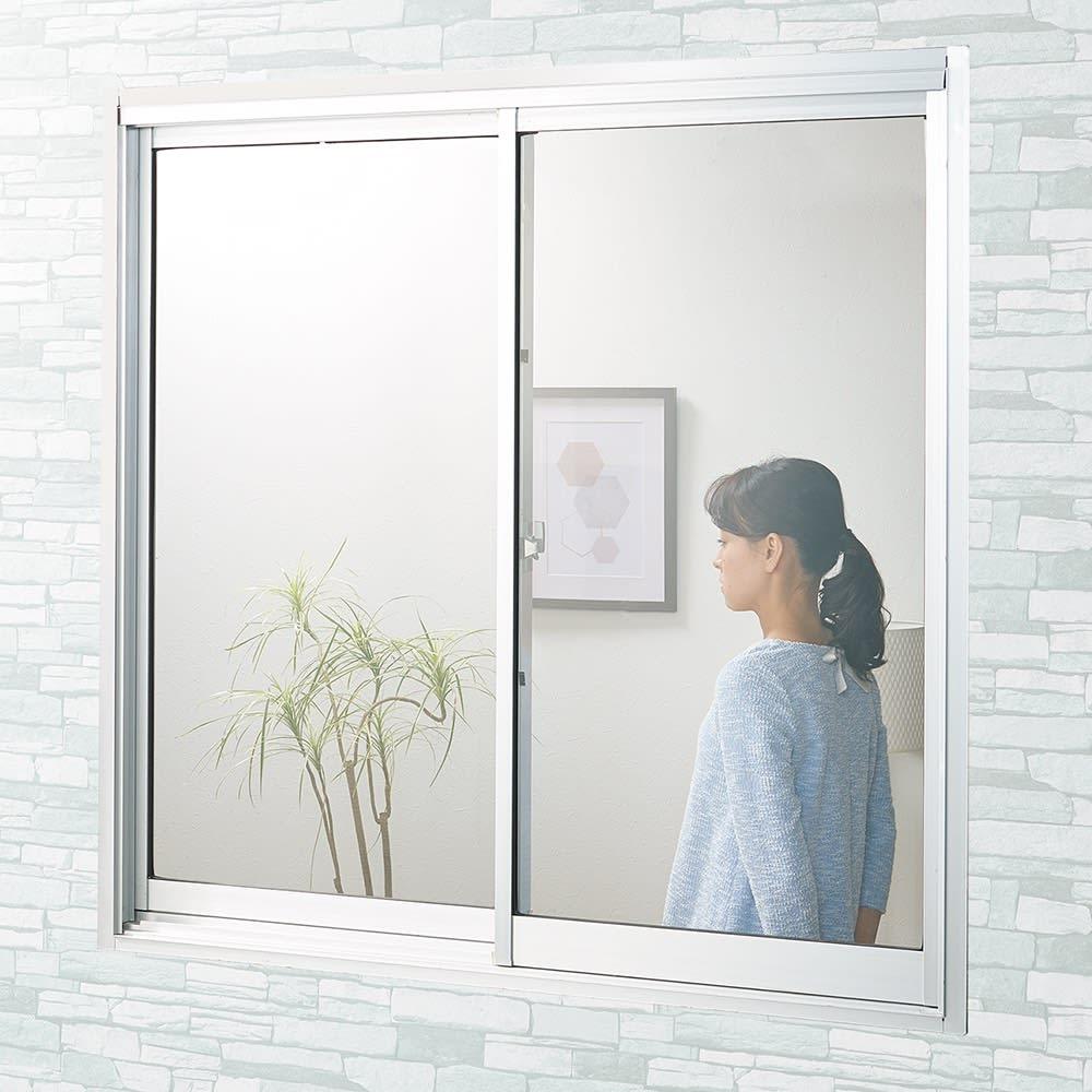 遮熱クールアップ 2枚組 [Before] 日中、外から部屋の中が丸見えの窓も、貼るだけで目隠し効果も!