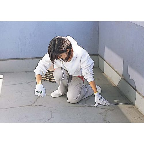 打ち水効果で涼を呼び込む TOTO 保水タイプ ガーデンマット 10枚組(MTシリーズ) 【手順1】 バルコニーの面積を測ります。障害物(排水溝や雨戸戸袋など)を除いたベランダ・バルコニーの床面積から、タイルユニットの必要枚数(1枚:30×30cm)を割り出します。